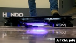 Los hoverboards son una patineta que contiene un par de imanes, que al entrar en contacto con el metal del suelo generan una fuerza electromagnética que hace que la tabla se mantenga elevada sobre la superficie.