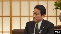 Menlu Jepang Fumio Kishida dalam wawancara eksklusif dengan Tim VOA di Tokyo (27/2).