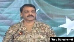 پاکستانی فوج کے ترجمان میجرجنرل آصف غفور راولپنڈی میں پریس کانفرنس گفتگو کر رہے ہیں۔ 22 فروری 2019