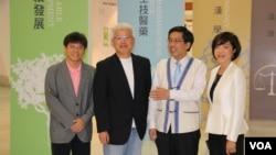 台湾知本形象设计总经理蔡慧贞(右一)设计了2016唐奖纪念悠游卡,设计融入了东西方元素。(美国之音林枫拍摄)