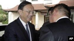 Seorang diplomat senior China Yang Jiechi (kiri) tiba di Hanoi, Vietnam hari Selasa (17/6).
