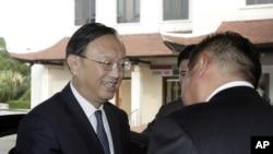 중국의 양제츠 외교담당 국무위원(왼쪽)이 베트남 고위 당국자들과 남중국해 영유권 갈등 문제를 논의하기 위해 17일 베트남을 방문했다.