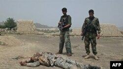 Vojnici Avganistanske nacionalne armije (ANA) čuvaju telo bombaša samoubice u blizini baze Salerno u predgrađu grada Kost