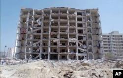 ຮູບພາບສະແດງໃຫ້ເຫັນ ພາບທົ່ວໄປຂອງຫໍຄອຍ Khobar ທີ່ຖືກທຳລາຍໃນເມືອງ Dhahran, ປະເທດ ຊາອູດີ ອາເຣເບຍ. 30 ມິຖຸນາ 1996.