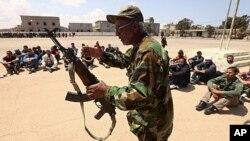 Un officier rebelle initiant des civils au maniement des armes à Benghazi