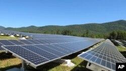 Desde que el presidente Barack Obama asumió el poder, la energía solar ha aumentado casi 20 veces más, y desde 2010, el costo promedio de un sistema solar eléctrico ha bajado 50%.