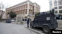 Sebuah mobil polisi terlihat berjaga di luar gedung konsulat jenderal Jerman yang ditutup karena adanya peringatan kemungkinan ancaman teror di Istanbul, Turki (17/3).
