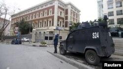 2016年3月17日装甲警车停在关闭的土耳其德国领事馆前。