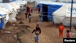 Anak-anak pengungsi Irak bermain di kamp pengungsi di Erbil, Kurdistan (1/12).