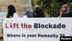 Healthcare workers demonstrate against a blockade on Yemen imposed by a Saudi-led coalition that has caused food and fuel shortages, outside the headquarters of the United Nations in Sana'a, May 7, 2015