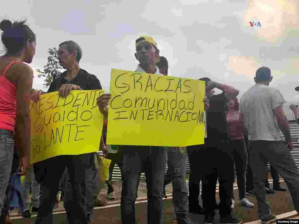 Venezolanos reunidos en el puente Internacional Tienditas con carteles agradeciendo la ayuda humanitaria y mostrando apoyo para el presidente encargado, Juan Guaidó.