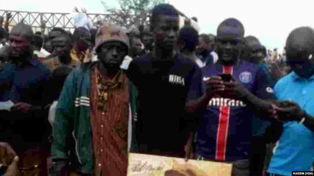 Manifestation de soutien au jeune activiste Rasbath, devant le tribunal dans la communeIV, Bamako, le 17 août, 2016. (VOA/Kassim Traoré)