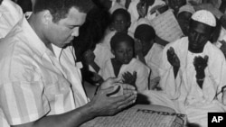 Muhammad Ali berdoa dalam kelas berisi siswa-siswa Muslim di Masjid Dafaalah el Sa'em di Khartoum, Sudan, 23 November 1988.