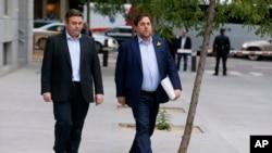 被解职的加泰罗尼亚副主席洪克拉斯(右)2017年11月2日抵达西班牙马德里的国家法院准备出庭。
