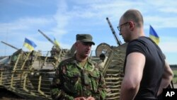 Thủ tướng Ukraine Arseniy Yatsenyuk lên án hành động của Nga trong khi đến thăm lực lượng quân đội ở miền đông Ukraine.