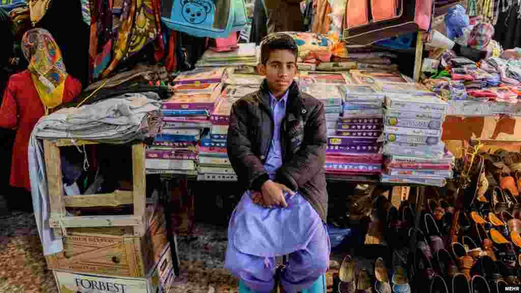 """خبرگزاری مهر در شرح این عکس از سیستان و بلوچستان نوشته، """"بچه های نیمروز بزرگسالانی هستند که دیگر تاب کودک ماندنشان نیست."""" عکس: حسین صدری، مهر"""