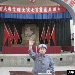 """一名观众在中共""""七大""""会址模仿毛泽东讲话。"""