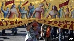 Dân Hy Lạp biểu tình bên ngoài Trụ sở Quốc hội ở Athens.