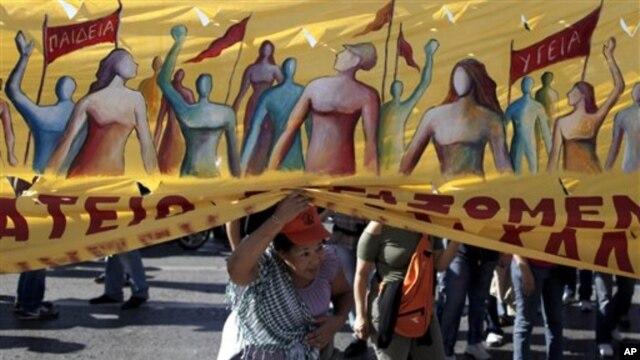 Tokom sednice parlamenta ispred zgrade su održavane masovne demonstracije protiv novih mera štednje