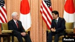 Mataimakin Shugaban Amurka Mike Pence (L) da Firayim Ministan Japan Shinzo Abe (R). Dukansu zasu kasance a wasannin a Koriya ta Kudu