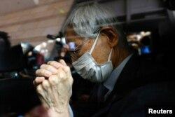 Pendiri dan pengacara Partai Demokrat, Martin Lee, meninggalkan Pengadilan Kowloon Barat di Hong Kong, 16 April 2021. (REUTERS / Tyrone Siu)