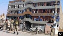 کابل میں شانہ بشانہ کھڑے افغان اور نیٹو فوجی(فائل فوٹو)