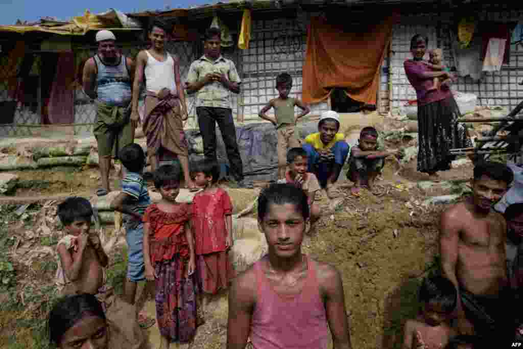 عکس از داماد پناهجو روهینگیایی به همراه اعضای خانواده اش پیش از مراسم عروسی در اردوگاه پناهندگان در بنگلادش