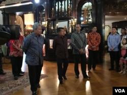Wapres Jusuf Kalla tur ke gedung KBRI di sela kunjungannya ke Washington, DC (Dok: VOA/Irfan Ihsan)