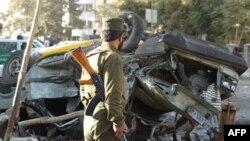 Binh sĩ Afghanistan tại hiện trường sau một vụ nổ bom ở Kabul, Afghanistan