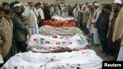 17일 아프가니스탄에서 지뢰 폭발 사고로 사망한 소녀들의 시신.