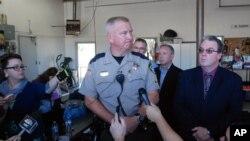 俄勒冈州道格拉斯郡治安官约翰·汉林在安普夸社区学院发生重大枪击案后对媒体讲话。