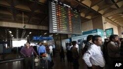 فروری 9، 2011 کو کراچی کے جناح انٹرنیشنل ایرپورٹ پر مسافر پریشان کھڑے ہیں۔