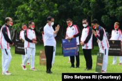 Presiden Jokowi secara simbolis memberikan bonus kepada para atlet yang berlaga di Olimpiade Tokyo 2020, di Istana Kepresidenan Bogor, Jumat (13/8). (Foto: Courtesy/Biro Setpres)