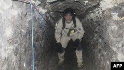 Một nhân viên của lực lượng chuyên trách ở San Diego đi bên trong đường hầm xuyên biên giới mà giới hữu trách nói là được dùng để vận chuyển ma túy ở San Diego, California, ngày 26 tháng 11 năm 2010.
