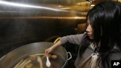 Memasak pho, masakan tradisional Vietnam. Seni memasak secara tradisional memiliki penggemar sendiri di Amerika (foto: dok).