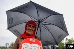 Seorang aktivis HAM dalam aksi di depan istana kepresidenan di Jakarta menuntut keadilan untuk korban kerushan Mei 1998, di Jakarta, 17 Mei 2018. (Foto: AFP)