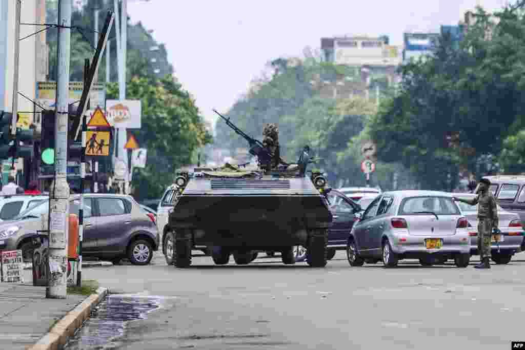 L'armée du Zimbabwe patrouille dans les rues d'Harare, le 15 novembre 2017.