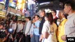 台灣總統馬英九為連勝文加油打氣(美國之音許波拍攝)