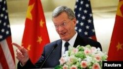 맥스 보커스 중국 주재 미국대사가 25일 베이징에서 열린 중국 기업인 초청 행사에서 연설하고 있다.