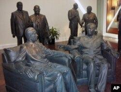 美国尼克松图书馆世界领袖展厅有毛泽东、周恩来、邱吉尔、戴高乐、赫鲁晓夫、萨达特等人之像。墙上有告示说展示其塑像不代表美国政府赞成其主张
