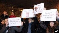 ژمارهیهک هاوڵاتی تونسی له بهردهم باڵیۆزخانهی وڵاتهکهیان له پاریس ئاههنگ دهگێڕن پاش بڵاوبوونهوهی ههواڵی ههڵهاتنی سهرۆک زێن ئهلعابدین بن عهلی، شهوی ههینی 14 ی یهکی 2011