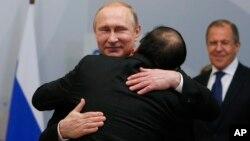 Tổng thống Nga Vladimir Putin vàThủ tướng Việt Nam Nguyễn Xuân Phúc trong cuộc gặp bên lề Hội nghị thượng đỉnh ASEAN - Nga ở thành phố nghỉ mát Sochi hôm 19/5.
