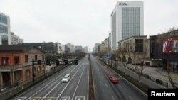 中国浙江省杭州市为防范新冠病毒封城后主要商业区延安路的景象。(2020年1月4日)