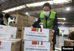 浙江省杭州国际机场的工作人员在搬运送给意大利的抗疫医疗用品。(2020年3月10日)