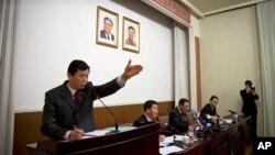 지난달 29일 지재룡 중국주재 대사가 베이징 북한 대사관에서 기자회견을 연 가운데, 북한 대사관 관계자들이 기자단의 질문을 받고 있다. (자료사진)