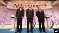 香港特別行政區行政長官候選人2012年3月16日進行電視辯論後合影。從左至右:梁振英,唐英年,何俊仁(資料照片)