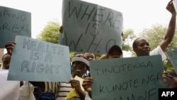 Des docteurs et des infirmières manifestent à Harare, le 18 novembre 2008.