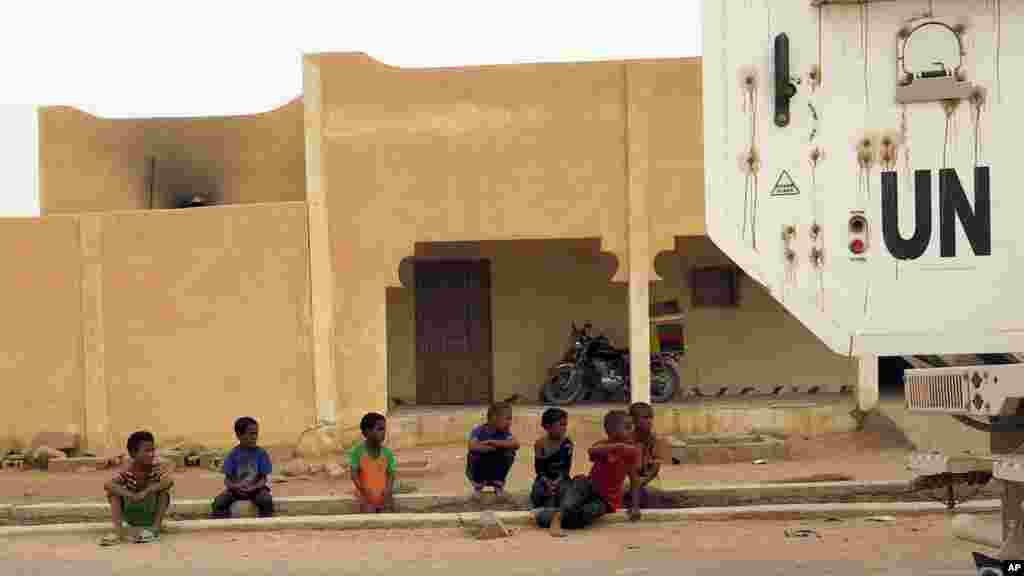 Les enfants regardent un véhicule de la Minusma à Kidal, Mali, le 23 juillet 2015.