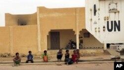 A Kidal, des enfants regardent passer un véhicule de la MINUSMA. (Archives)