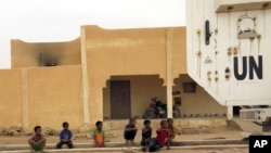Des enfants près d'un véhicule de la Minusma dans Kidal, 23 juillet 2015.